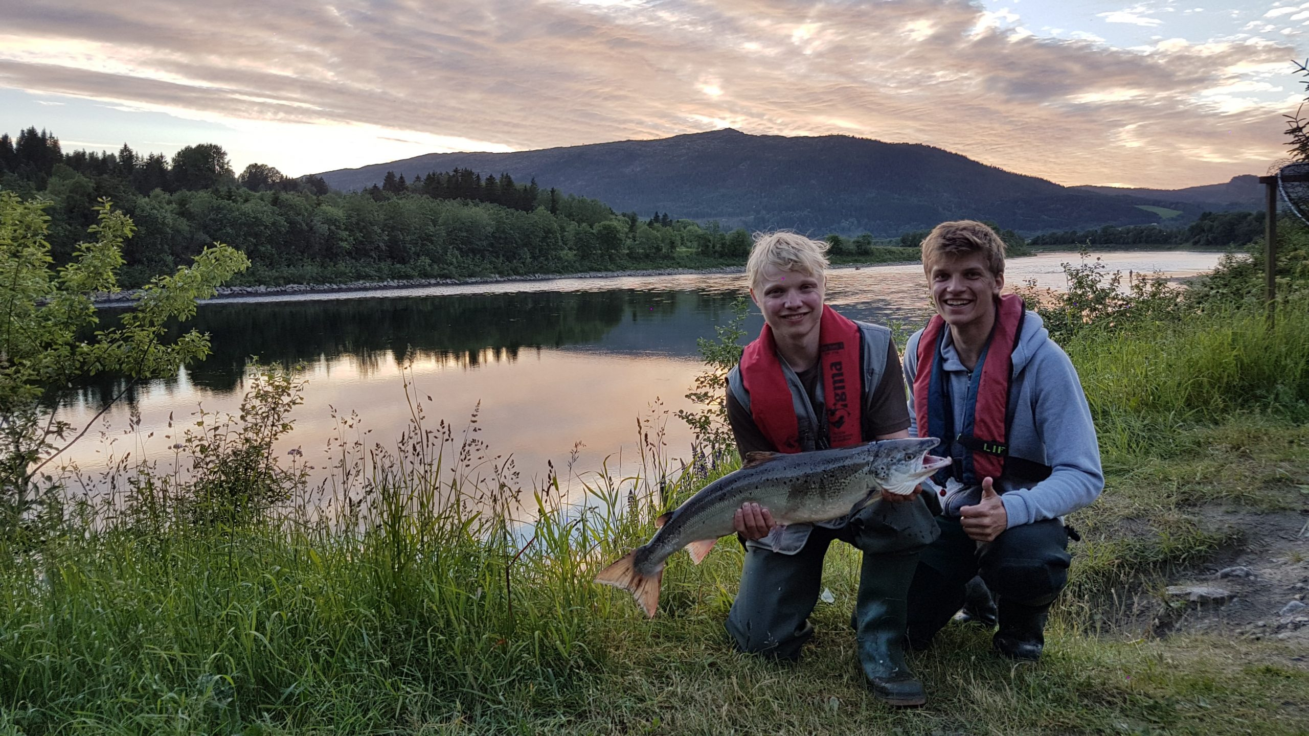 Two guys holding up a salmon, salmon fishing in Namsen river, Norway. Photo: Jan Arild Landstad